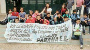 La bandera que los chicos pasearon por San Juan destacaba el segundo puesto de la selección en la Copa América Centenario.