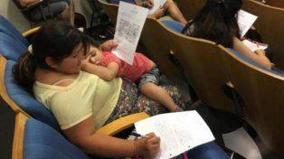La imagen de una madre rindiendo un parcial con su hija en brazos que se viralizó y emociona a todos