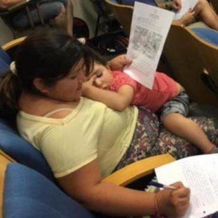 una madre rinde un parcial con su hija en brazos, una imagen que se viralizo y emociona