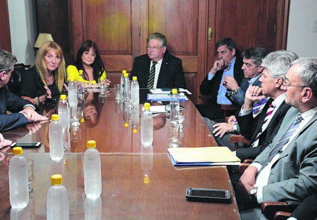 abrazo. De los Ríos y la gremialista Simeoni fueron recibidas en el Senado.