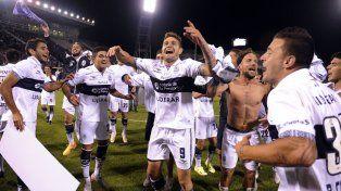 El festejo de los jugadores del Lobo tras el triunfo sobre el Cuervo.
