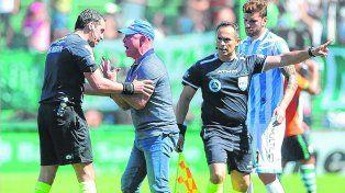 Enloquecido. Llop le pide explicaciones a Rapallini por el penal que cobró a favor de Banfield contra Atlético de Rafaela. El árbitro fue felicitadopor la sanción.