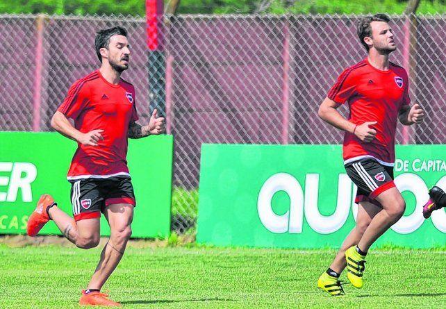 Listos. Scocco y Sills corren durante el entrenamiento. El goleador y el volante serán titulares.
