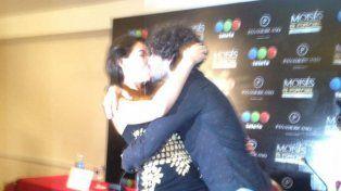 Apasionado beso de Giselle Itié y Guilherme Winter en plena conferencia de prensa