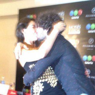 apasionado beso de giselle itie y guilherme winter en plena conferencia de prensa