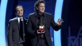 Carlos Vives muestra su premio Grammy Latino por La bicicleta.