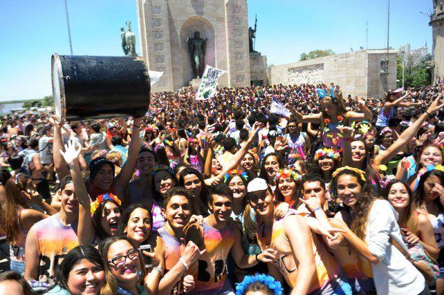 El Monumento a la Bandera se llenó de jóvenes que festejaron la finalización del 4º año de la secundaria con espuma