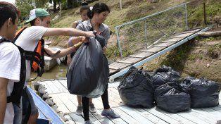 Los voluntarios apilan sobre la costa varias bolsas de residuos recogidos.