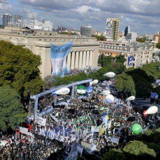 Contra el ajuste. El conjunto de centrales sindicales, junto a organizaciones sociales, protagonizaron en abril la primera masiva marcha contra las políticas del gobierno de Macri.