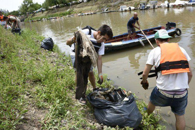 Una lucha. La gran cantidad de basura en las costas del río es una gran preocupación para los ambientalistas.