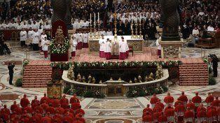 Basílica. La imponente ceremonia de ayer en el Vaticano con Francisco en el altar y de frente al colegio cardenalicio.