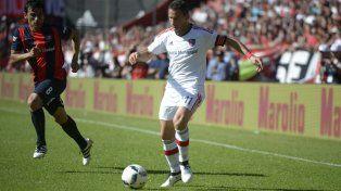 Desequilibrio. Maxi Rodríguez tiene libertad para circular por el frente de ataque.