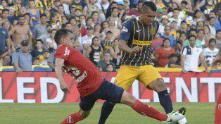 Al pie. Walter Montoya intenta el desnivel en el partido ante Independiente.