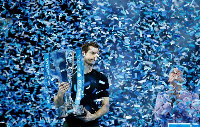 En lo más alto: Murray celebra el título tras vencer a Djokovic en la final.