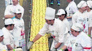 la pizza más larga. Midió 500 metros ayer. E hicieron 20 mil empanadas.