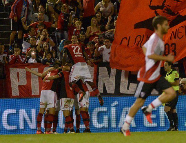El festejo de todo Newells con el gol de Scocco para la victoria sobre River.