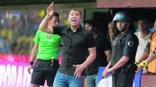 Enérgico. Coudet da indicaciones a sus jugadores. El DT lamentó algunos fallos de Darío Herrera.