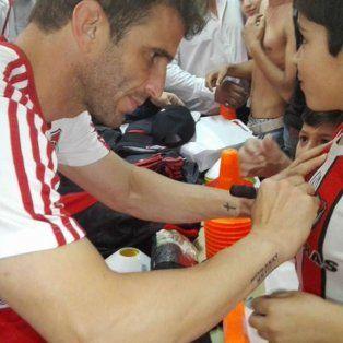Iván Alonso firmó camisetas de los chicos del barrio.