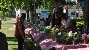 Auténtico mercado. Una multitud consume productos locales con sentido solidario y contra la desocupación.