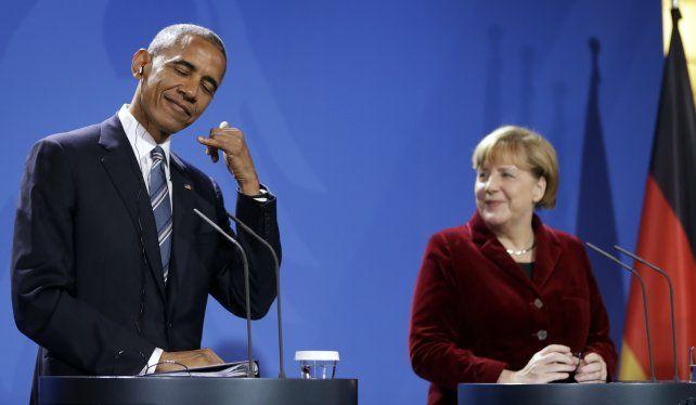 Humor. Obama bromea con Angela Merkel el pasado jueves en Berlín. Fue su última gira como presidente.
