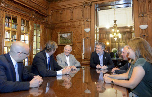 Cónclave. Marín y De Andreis (al centro) recibieron a directivos de las cadenas de TV estadounidenses.