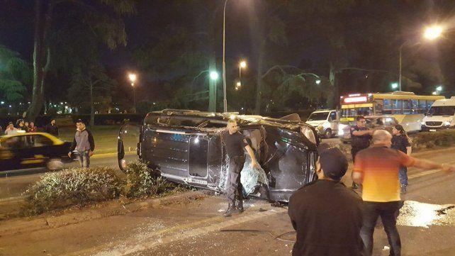 La camioneta quedó volcada sobre el cantero central de avenida Pellegrini. (Foto vía Twiter @guidof22)
