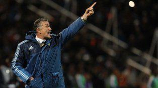 Para allá. Bauza no para de dar indicaciones durante los partidos de la selección argentina.