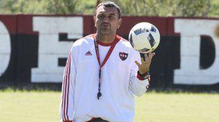 Piensa la jugada. Diego Osella agarró un fierro caliente y hoy el equipo funciona.