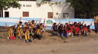 Juego de chicos. Los pibes de Las Hacheras le dan rienda libre a la pasión por la redonda. Desde la ONG rosarina que atiende la salud del paraje dicen que la cancha de fútbol es un símbolo. La música y el deporte son trascendentales.