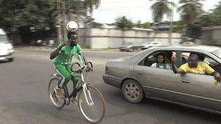 Todo por un récord: viajó 103 kilómetros en bicicleta con una pelota en la cabeza