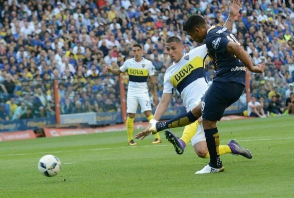 Gol y escándalo. Teo marcó el primer gol canalla pero se fue expulsado por provocar a los hinchas de Boca con señas alusivas a la camiseta de River.