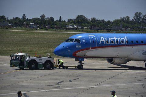auxilio. Los aviones son remolcados para evitar que el accionar de las turbinas vuele las piedras rotas de la plataforma.