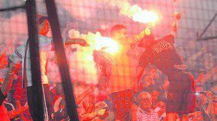 El poder de la tribuna. El domingo hubo bengalas y fuegos artificiales