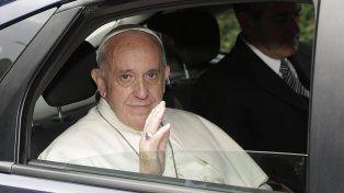 El Papa Francisco saluda al arribar al foro sobre narcotráfico en el Vaticano.