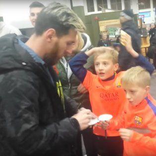 Leo le firmó autógrafos a los dos chicos en el aeropuerto de Escocia.