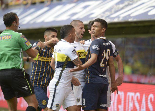 Teo es increpado por los jugadores de Boca
