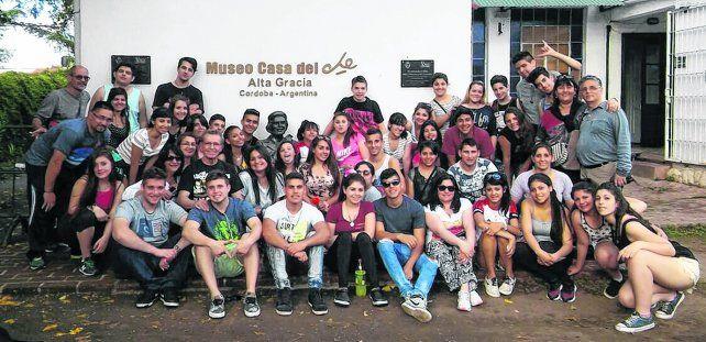 Felices. El grupo de estudiantes y profesores de la Escuela Secundaria Nº 350 que este año se alojó en la colonia que la provincia tiene en Alta Gracia.