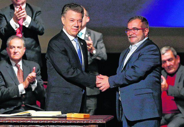 Alentador. El presidente colombiano y «Timochenko»