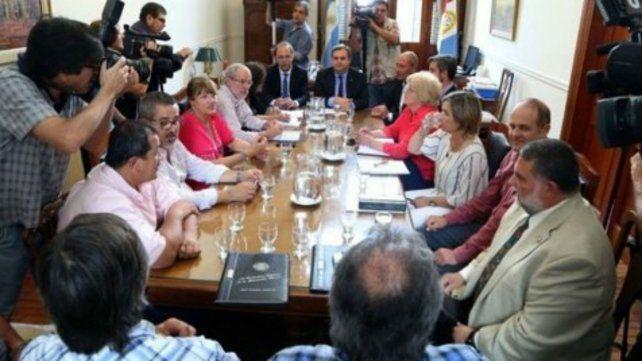 Mesa de negociación. Funcionarios y gremialistas se vieron las caras ayer en la capital provincial