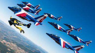 La increíble coreografía del hombre pájaro junto a la patrulla aérea francesa