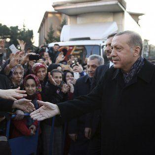Tensión. El presidente turco, Recep Erdogan, saluda a partidarios en Estambul. En el país hay 3 millones de refugiados.