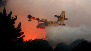 ¿Clima o intención? Un avión hidrante croata colabora en la extinción de los incendios en la localidad de Nataf.