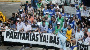 Reclamo. Amsafé se movilizó con estatales y otros gremios para pedir la reapertura de las paritarias.