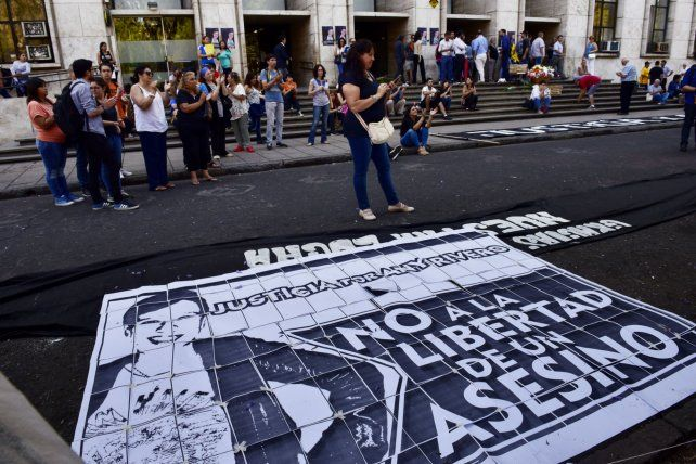 Con hojas en la calle. El original cartel con el pedido de justicia de los allegados y amigos de Any Rivero.