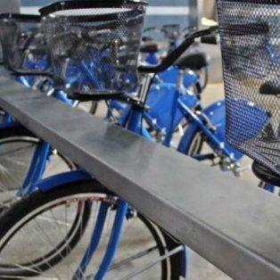 Listas. Las bicicletas son similares a las de Rosario, rodado estándar, color azul Francia, con canasto delantero y cubrerrayos en las ruedas traseras.