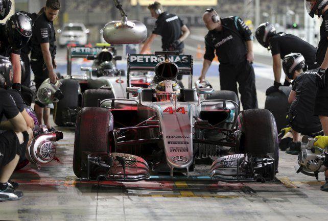 Adelante. El inglés delante del líder alemán en los boxes de Mercedes. Hoy clasifican.