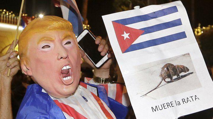 Disidentes cubanos de extrema derecha en Miami salieron a festejar la muerte de Fidel.