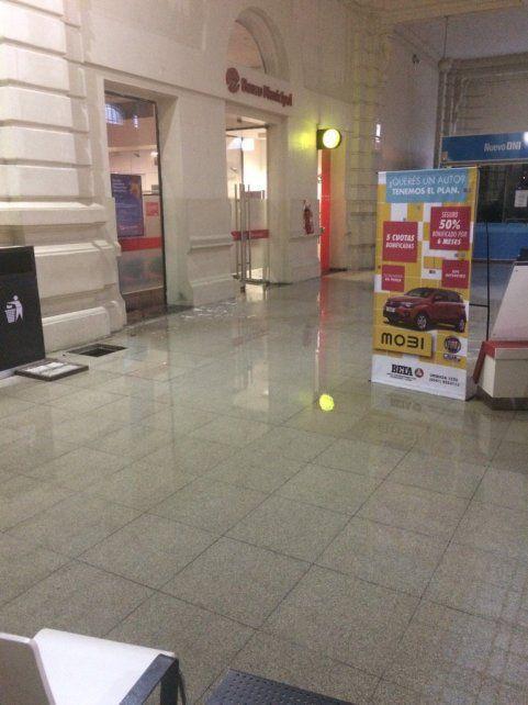 El hall de la Terminal de Omnibus se inundó este mediodía.