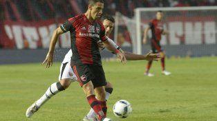 Maxi Rodríguez maniobra ante la marca de Pablo Ledesma.