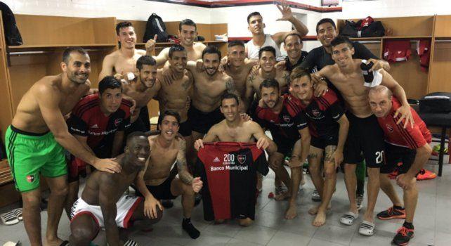 Maxi Rodríguez y el mejor regalo por los 200 partidos y por su gol: la foto en el vestuario sabalero junto a sus compañeros.